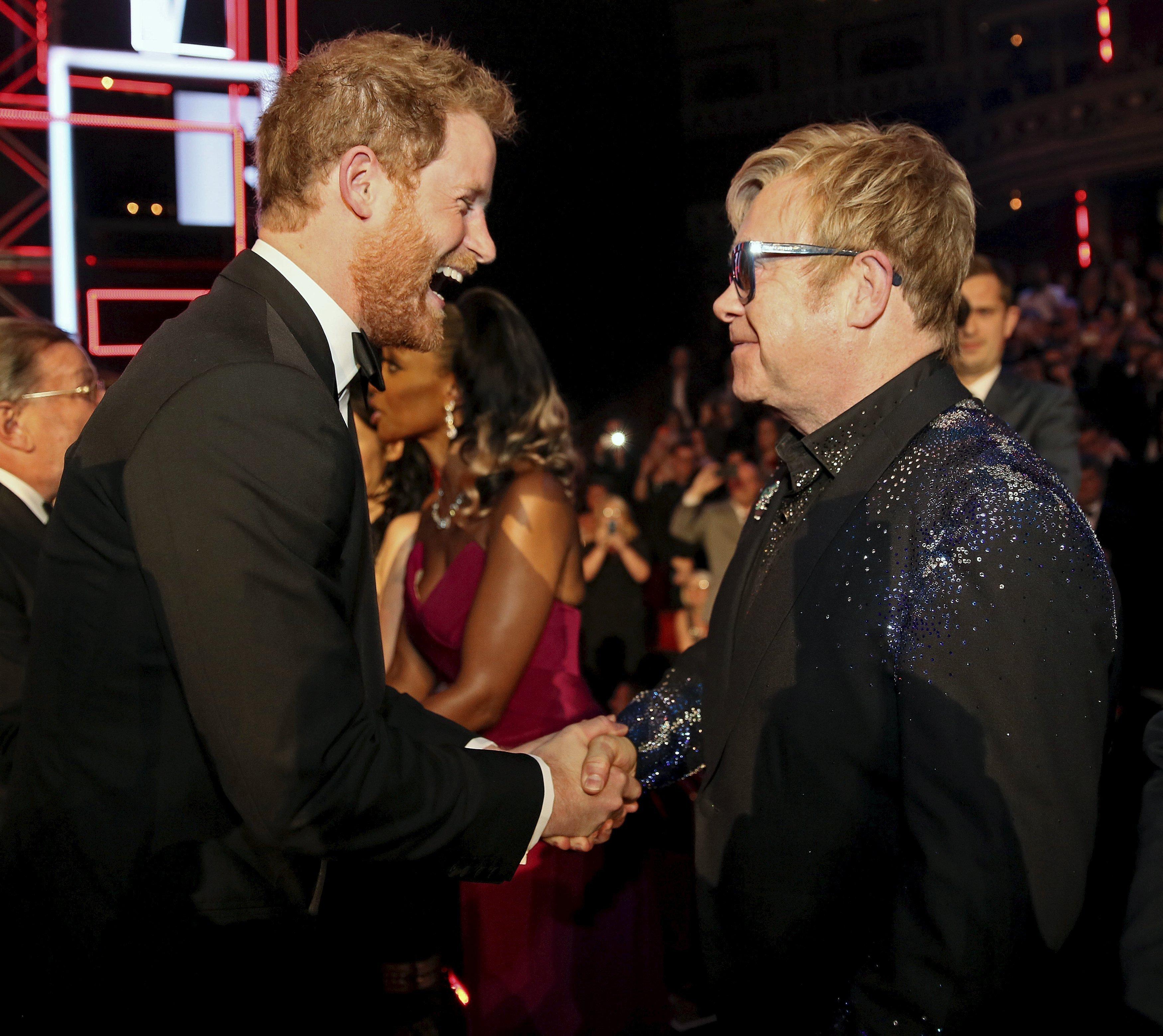 «Είμαι ερωτευμένος!». Ο Elton John θυμάται τη στιγμή που ο πρίγκιπας Harry αποκάλυψε τον έρωτά του