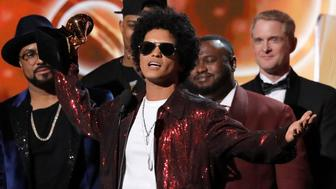 "60th Annual Grammy Awards – Show – New York, U.S., 28/01/2018 – Bruno Mars accepts the Grammy for album of the year for ""24K Magic."" REUTERS/Lucas Jackson     TPX IMAGES OF THE DAY"
