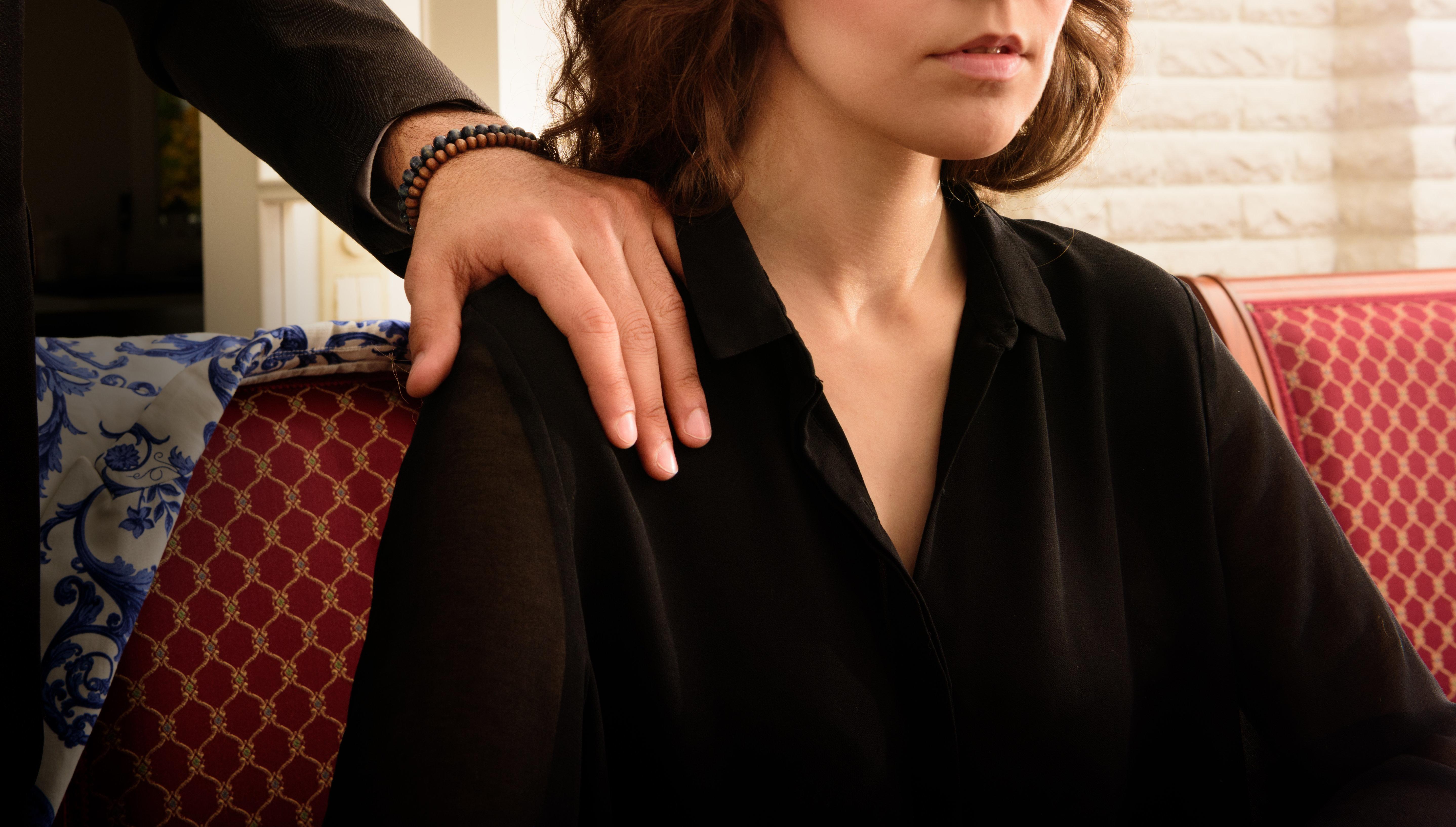 Frau wird in einem Restaurant belästigt – dann hilft ihr eine Fremde mit einem simplen Trick