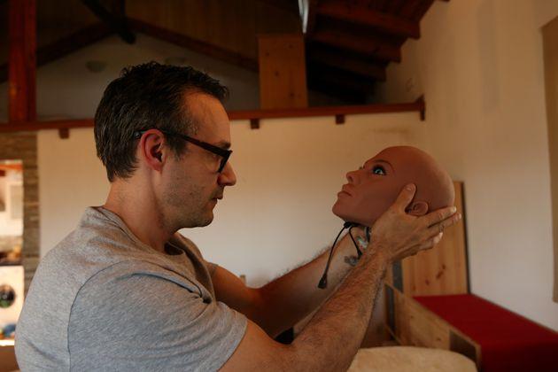 Bevor er anfing, Sex-Roboter zu produzieren, reiste Santos durch die Welt und hielt anerkannte Vorträge...