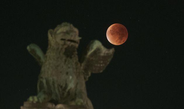 Ετοιμαστείτε για την πιο «μαγική» πανσέληνο των τελευταίων 152 ετών: Super blue moon και σεληνιακή έκλειψη