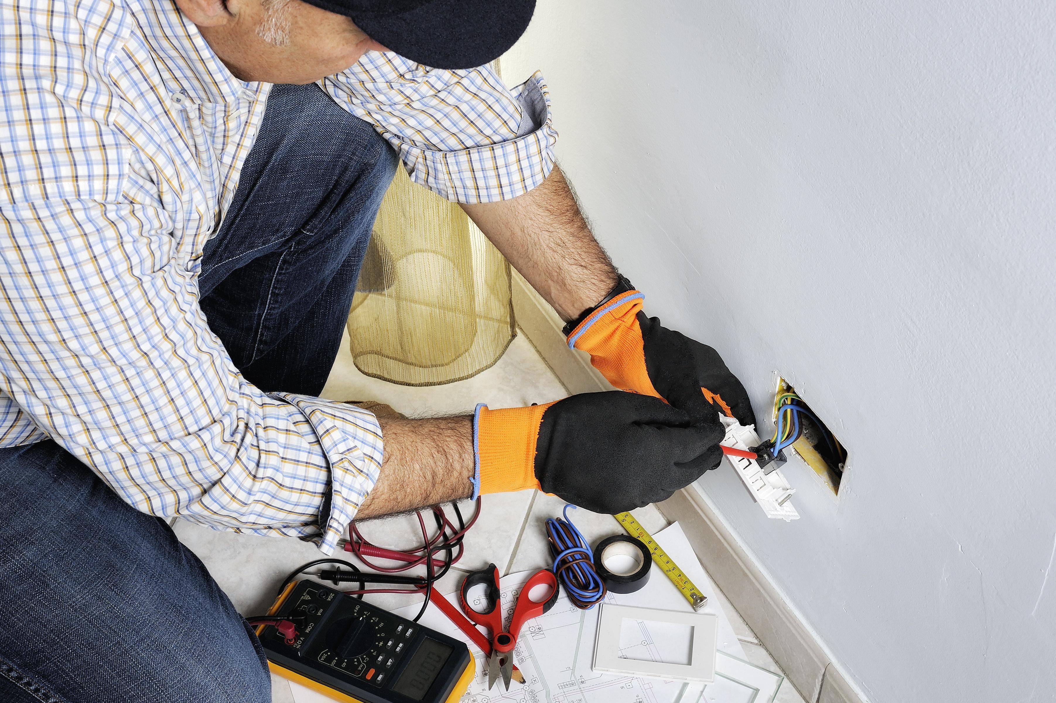 Münchner Elektriker entfernt Steckdose – hinter der Wand macht er den Fund seines Lebens