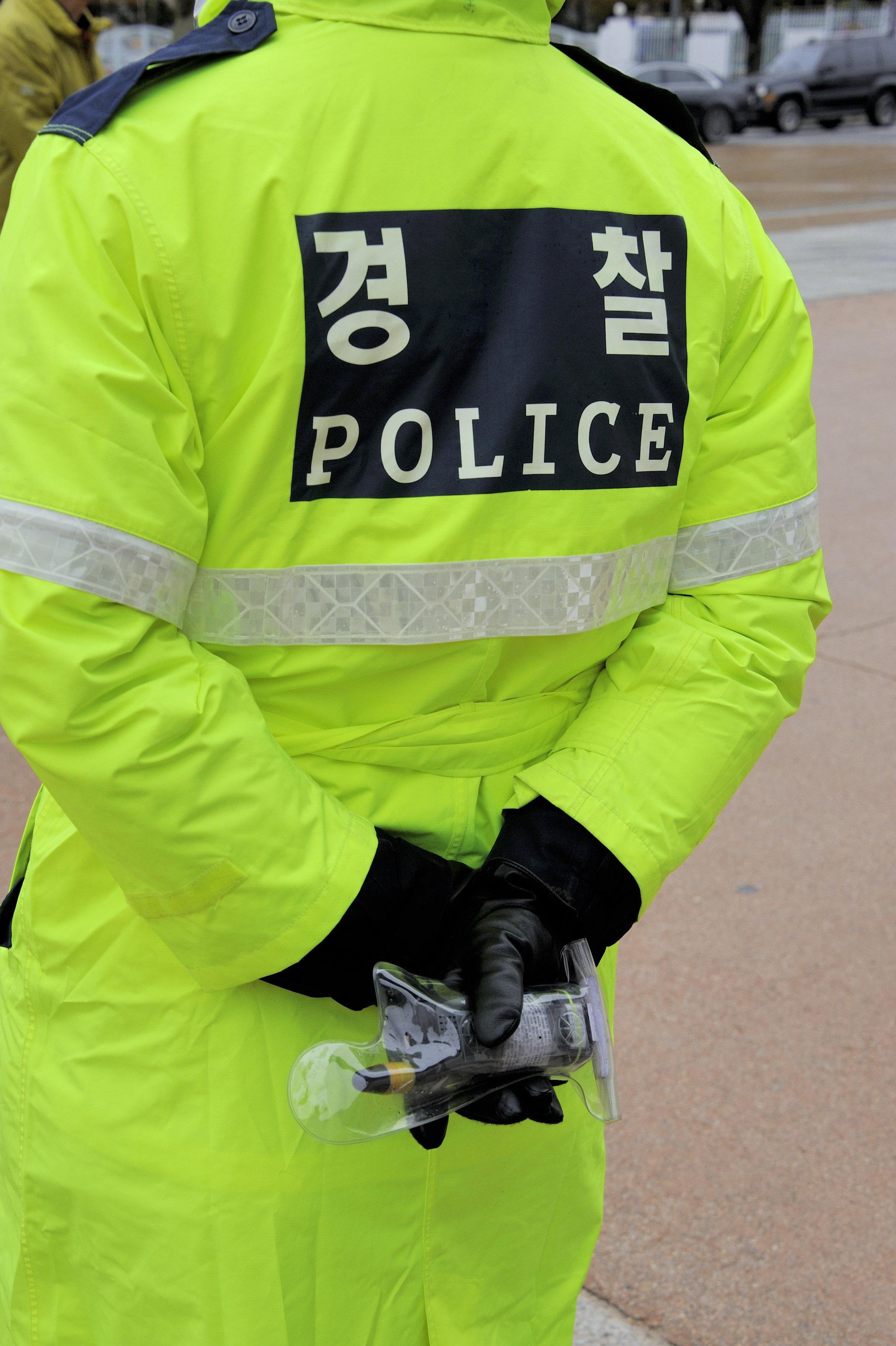 52세 남자 경찰이 새로 부임한 순경에게 저지른