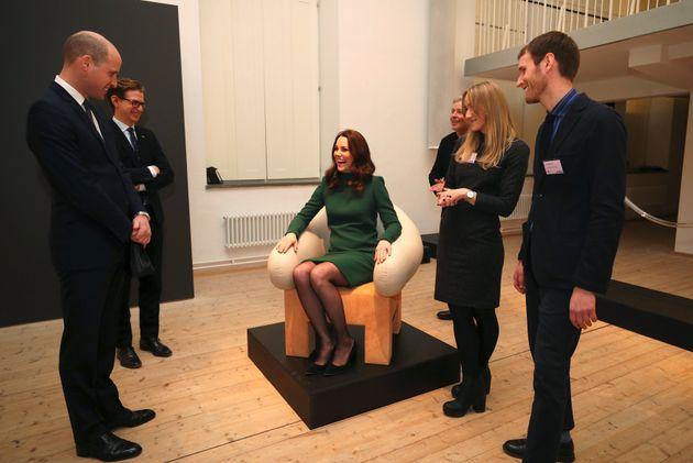 스웨덴 아크데스 박물관을 방문 중인 미들턴이 의자에 앉아