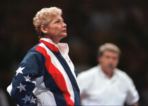 Martha Karolyi mira cómo calienta la gimnasta Kerri Strug antes de las pruebas olímpicas de
