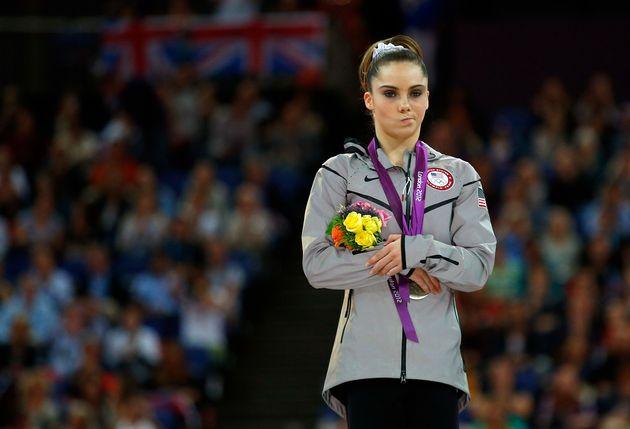 McKayla Maroney tras ganar la medalla de plata en la final de salto de potro en las Olimpiadas de Londres...