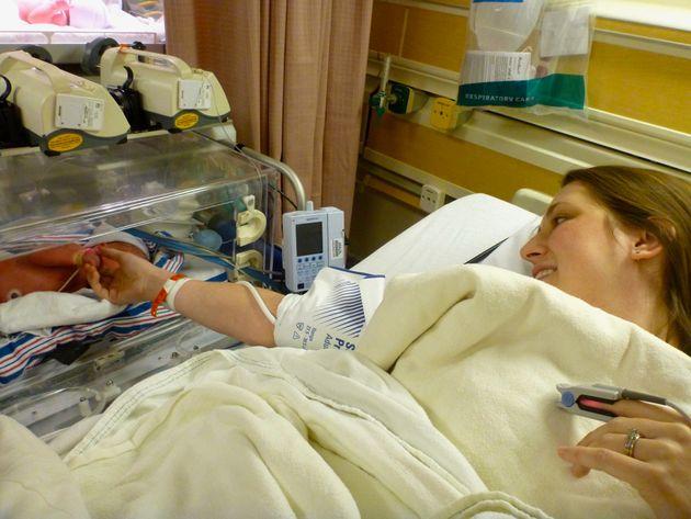 Diciendo hola y adiós a mi bebé el día que nació, justo antes de que fuera trasladada a otro hospital...
