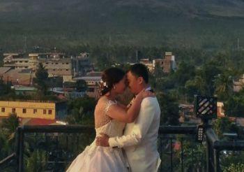 Paar schießt wunderschöne Hochzeitsfotos – direkt dahinter spielt sich eine Katastrophe