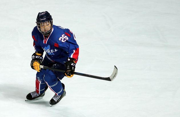 남북 여자 아이스하키 단일팀이 4일 인천 선학국제빙상장에서 2018 평창동계올림픽을 앞두고 스웨덴과 평가전을 가졌다. 단일팀 정수현이 퍽을 향해 달리고