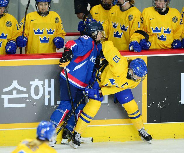북한 선수로 2라인에 기용된 단일팀 정수현이 치열한 몸싸움을 벌이고