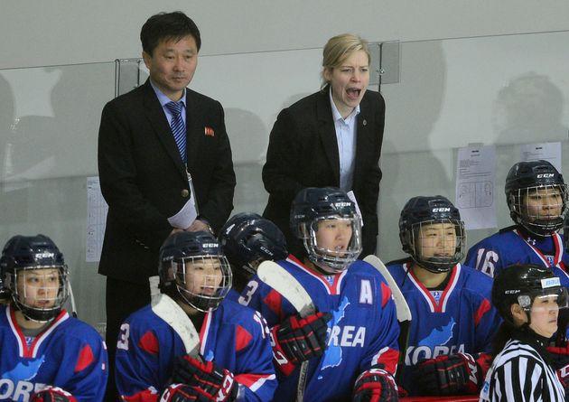 남북 여자 아이스하키 단일팀이 4일 오후 인천 선학링크에서 스웨덴과 친선 평가전을 벌였다. 세라 머리 총감독과 북한 박철호 감독이 경기를 지켜보고