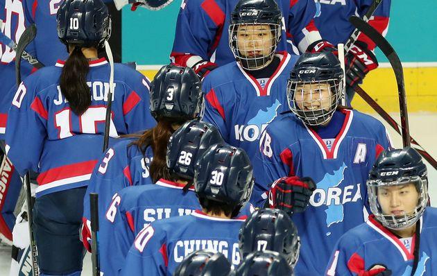 남북여자아이스하키 단일팀 선수들이 4일 오후 인천 선학국제빙상장에서 스웨덴 대표팀과의 경기에 앞서 서로 격려하고
