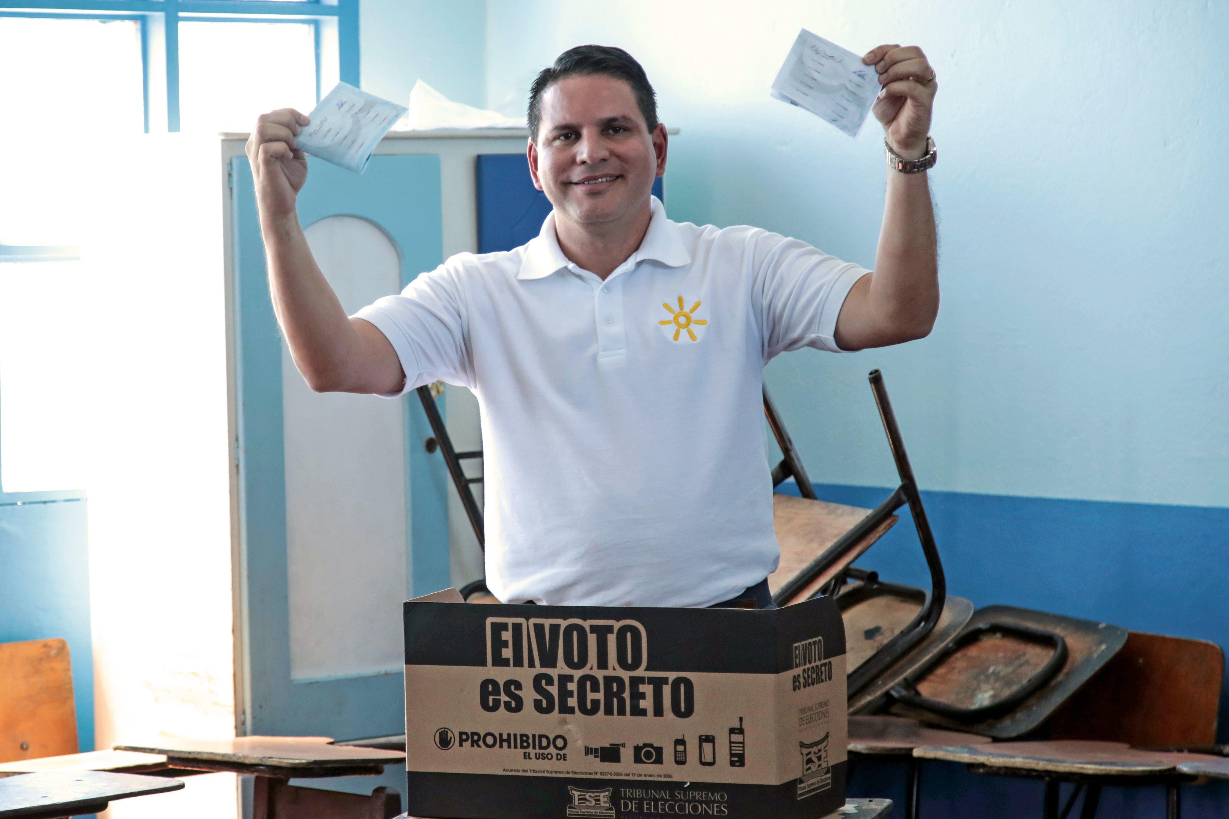 Κόστα Ρίκα: Ευαγγελικός πάστορας, τηλεπερσόνα και τραγουδιστής ο υποψήφιος που προηγείται στον πρώτο γύρο των προεδρικών