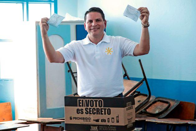 Κόστα Ρίκα: Ευαγγελικός πάστορας, τηλεπερσόνα και τραγουδιστής ο υποψήφιος που προηγείται στον πρώτο...