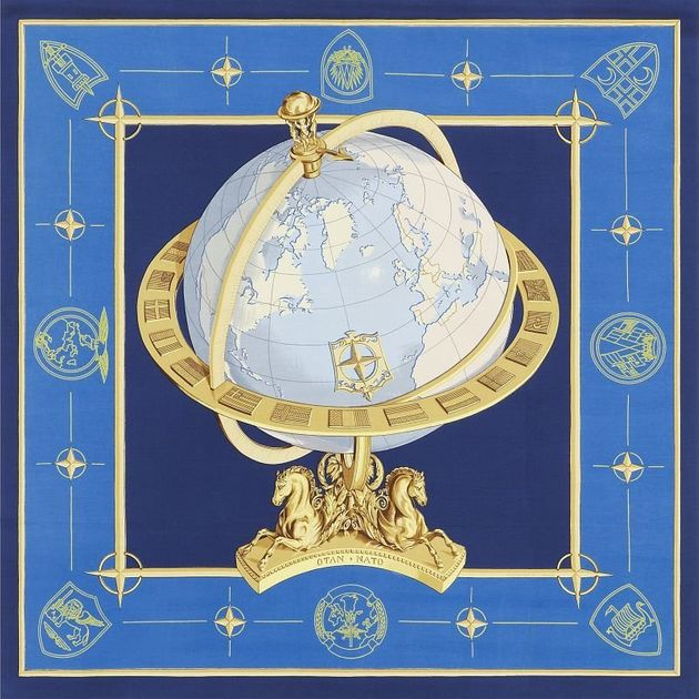 Πώς ένα μαντίλι Hermes έγινε ένα από τα επίσημα σύμβολα του ΝΑΤΟ (και σήμερα είναι από τα πιο δημοφιλή...