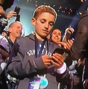 Νεαρός θεατής κοιτάει το κινητό του ενώ τραγουδάει ο Timberlake και γίνεται το καλύτερο meme του