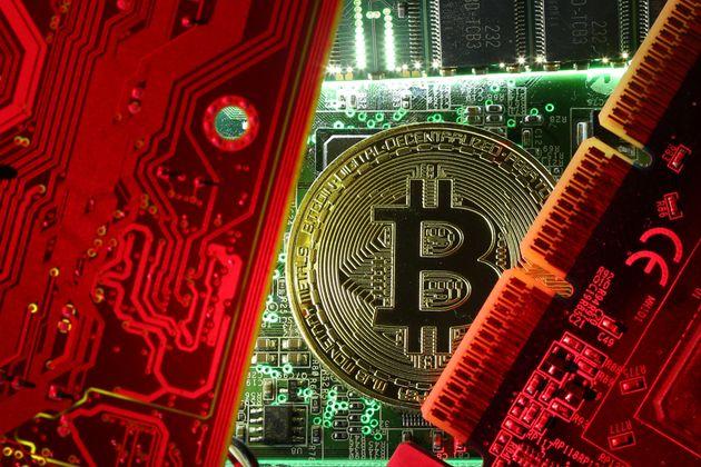 «Πόλεμος» κατά του Bitcoin; Βρετανικές τράπεζες απαγορεύουν την αγορά κρυπτονομισμάτων με πιστωτικές