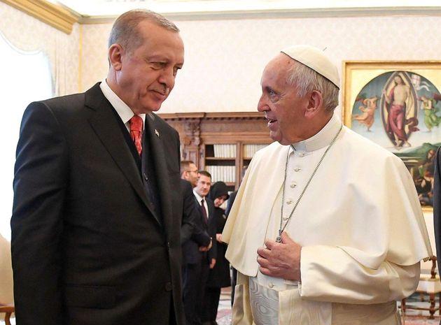 Το μετάλλιο του «Άγγελου της Ειρήνης» απένειμε στον Ερντογάν ο Πάπας Φραγκίσκος. Αλλά