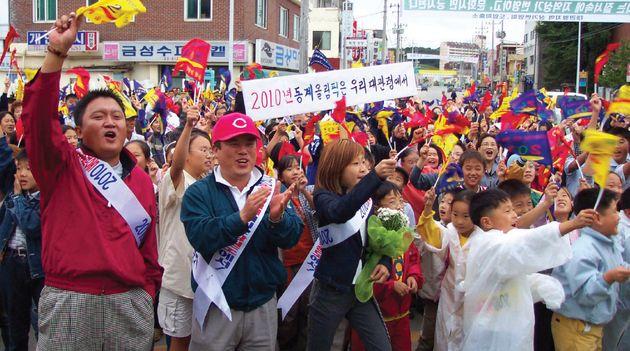 평창올림픽을 위해 깃발을 들고 노래를 불렀던 10대들의