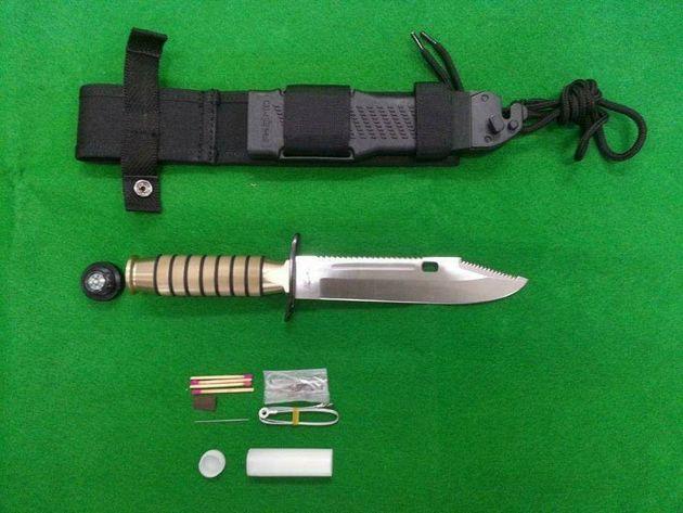 최근 문제가 된 특전사의 신형 특수전용 칼. 아래에 있는 것이 손잡이에 들어갈