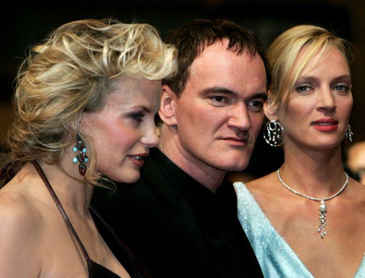 Στην πρεμιέρα της ταινίας του «Kill Bill Vol. 2» στις Κάννες. Ο σκηνοθέτης Quentin Tarantino είναι πλαισιωμένος από τις δύο πρωταγωνίστριές του, την Daryl Hannah και την Uma Thurman. (2004)