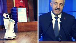 Türkischer Minister will Rede halten – doch plötzlich fällt ihm ein Roboter ins