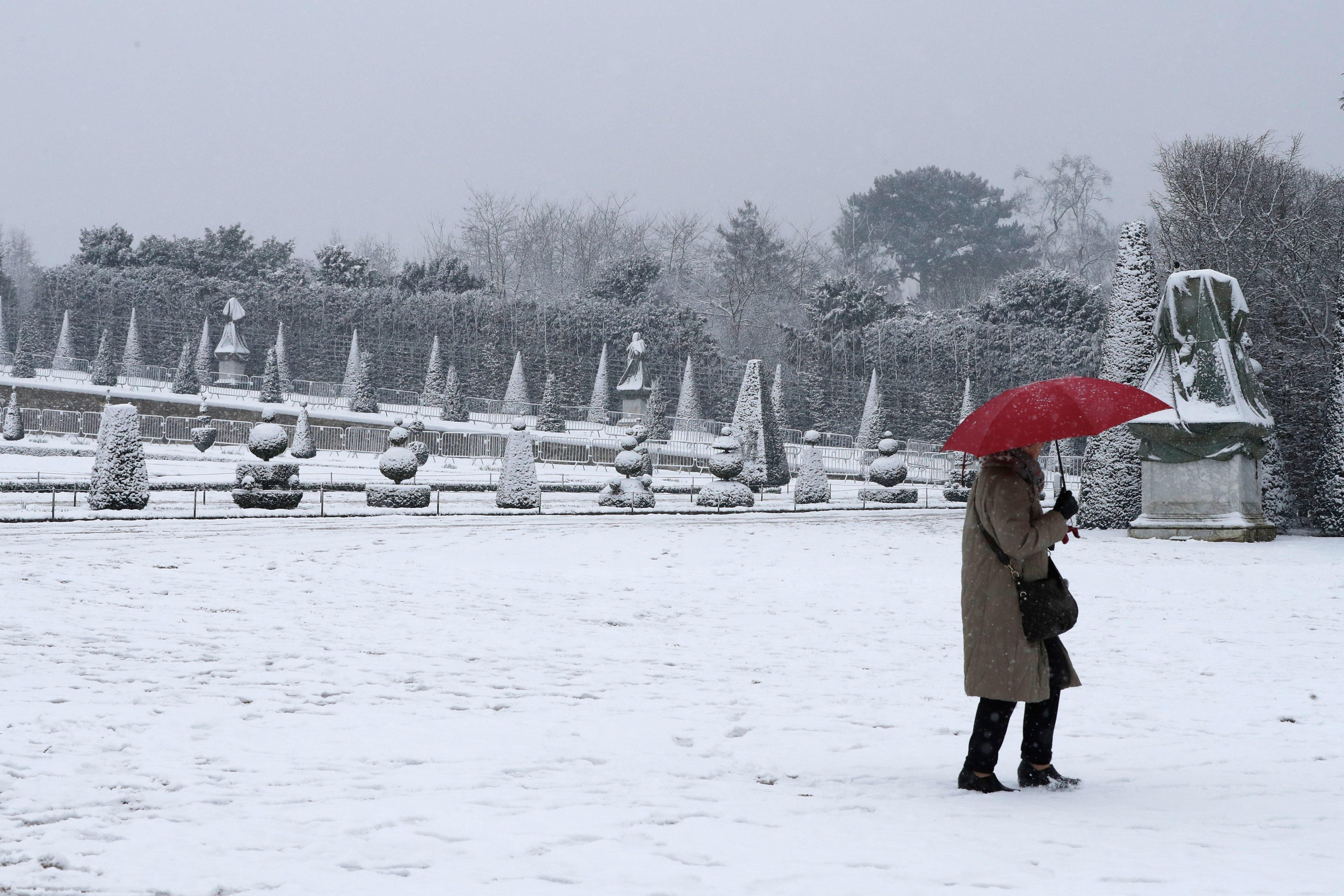 Φωτογραφίες από το χιονισμένο Παρίσι. Έκλεισε ο Πύργος του