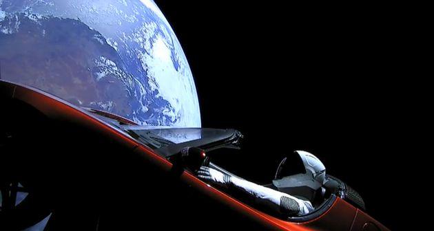 H SpaceX έγραψε ιστορία. Εκτόξευσε τον ισχυρότερο πύραυλο στον κόσμο μαζί με ένα αυτοκίνητο
