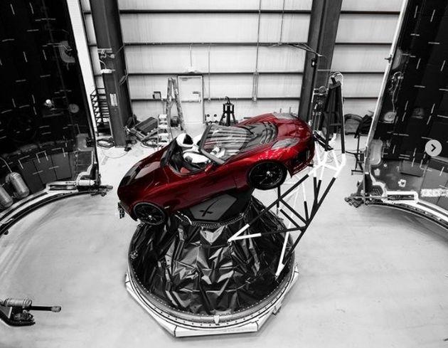 팰컨 헤비에 실린 테슬라 전기차 로드스터의 모형과 마네킨