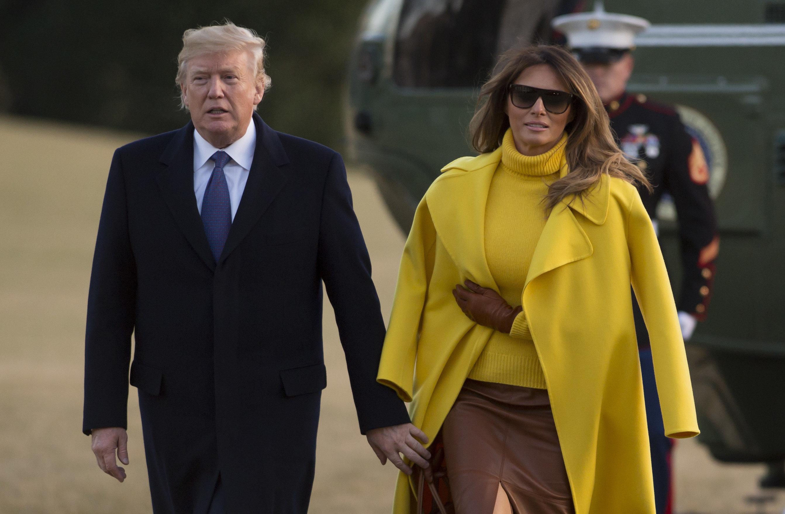 «Μα πού είναι το χέρι της;»: Μια ακόμη αμήχανη στιγμή του ζεύγους Τραμπ γίνεται