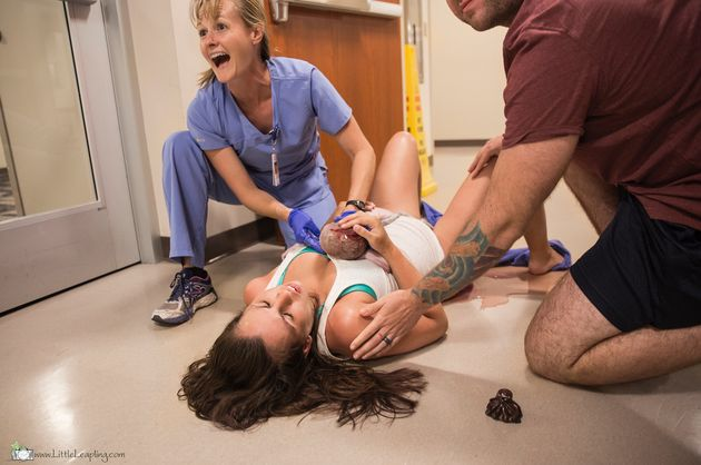 Elle donne naissance dans le couloir d'un hôpital et les photos sont