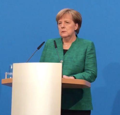 Als Schulz die GroKo-Ergebnisse erklärt, spricht Merkels Blick Bände
