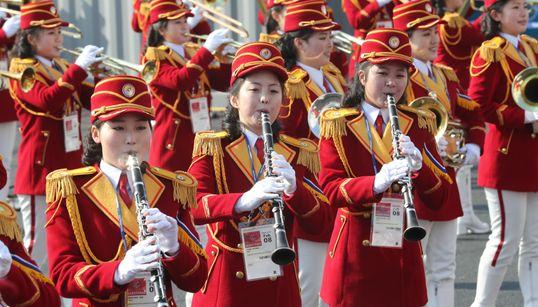 [화보] 북한 응원단 첫 번째 공연이
