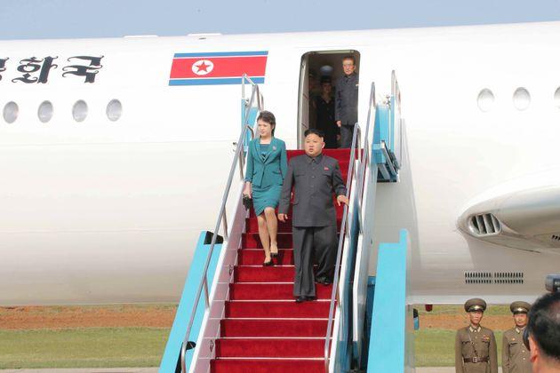 전용기에서 내리고 있는 김정은 북한 노동당 위원장과 부인 리설주의 모습. 2014년