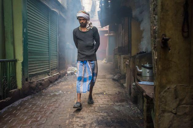 A man wears a lungi in Varanasi,