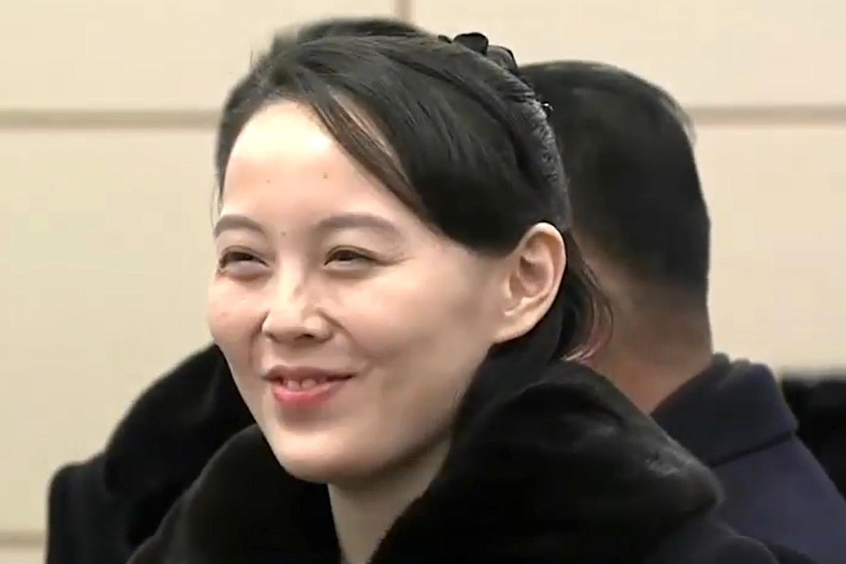 김정은 북한 노동당 위원장의 여동생인 김여정 당 중앙위 제1부부장이 9일 오후 서해 직항로를 거쳐 인천국제공항 의전실에 도착해 밝게 웃고