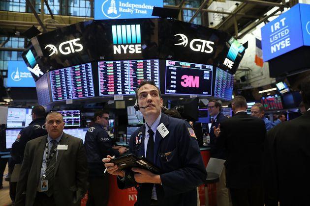 Νέα βουτιά στη Wall Street. Κάτω από τις 24.000 μονάδες έκλεισε ο Dow Jones. Υποχωρούν οι αγορές στην
