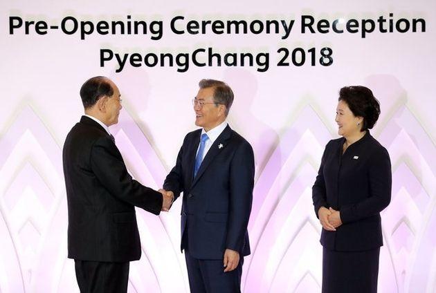 문대통령이 김영남과 평창에서 만나 손을