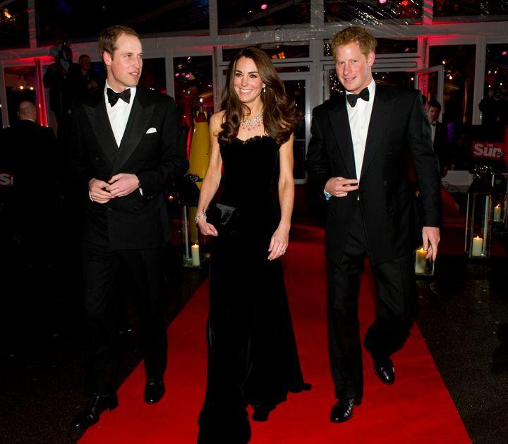H Kate Middleton με ένα υπέροχο Alexander McQueen μαύρο στράπλες βελούδινο βραδινό φόρεμα, σε βραβεία του 2011.