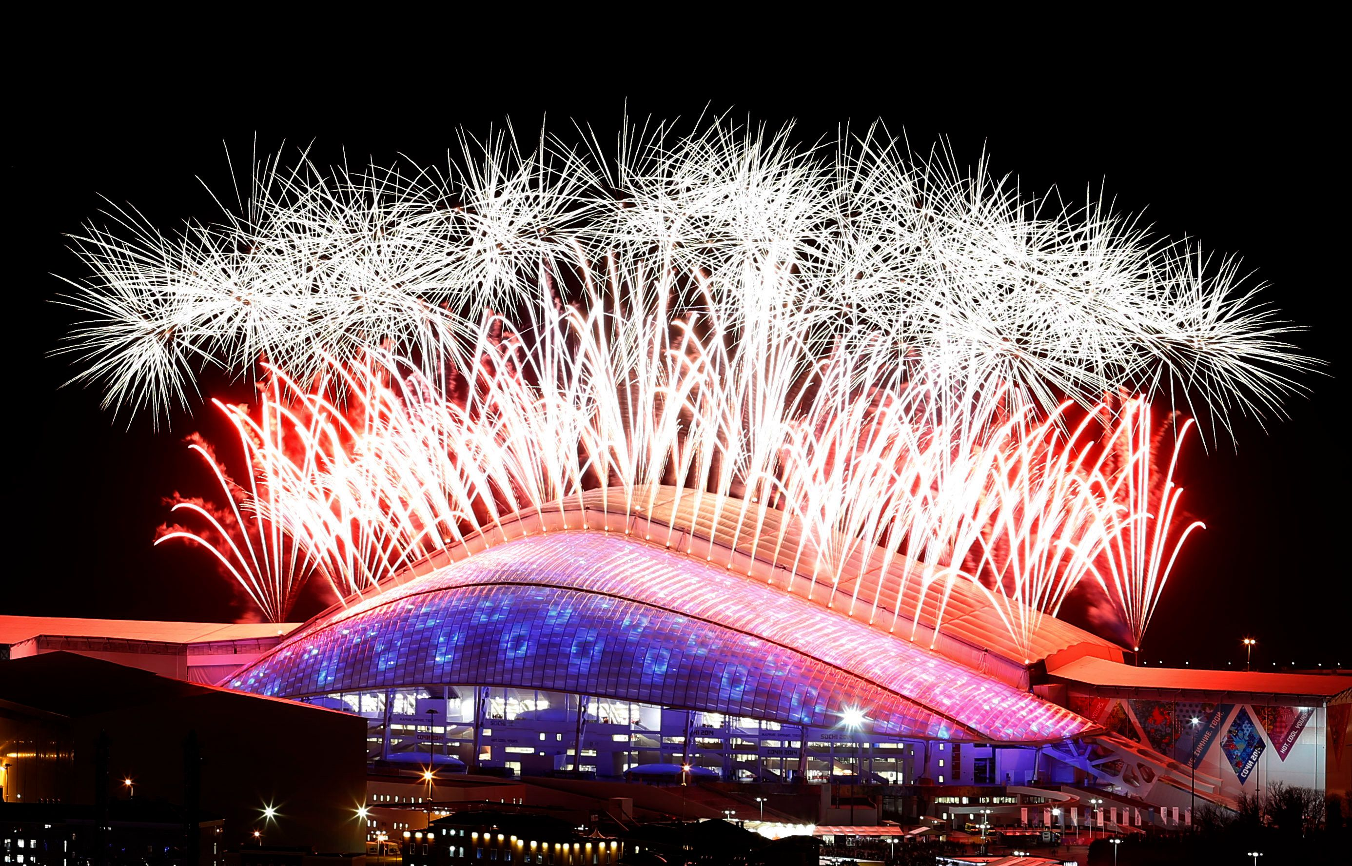 Fireworks explode over the Fisht Olympic Stadium during the closing ceremony for the 2014 Sochi Winter Olympics, February 23, 2014.   REUTERS/Alexander Demianchuk (RUSSIA  - Tags: OLYMPICS SPORT TPX IMAGES OF THE DAY)