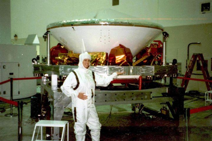 ΗCindyHealyαπαθανατίστηκε στα εργαστήρια τηςJPL-NASAστην Πασαντένα της Καλιφόρνια, ως εργαζόμενη στο διαστημικό πρόγραμμα τουMarsPathfinder…