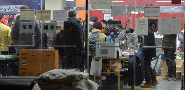 11일 오전 경상북도 포항시 북서쪽지역에서 규모 4.6지진이 발생했다. 지진에 놀란 주민들이 흥해실내체육관 지진 대피소로 대피하고