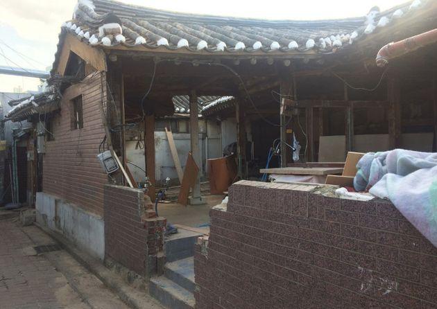 [그림 7] 작업실 짐을 다 빼기 전부터 식당이 되기 위해 천장과 벽을 헐었다. 짐을 급하게 빼야 하다보니 다른 이주민들이 그러했듯 세간 일부는 잔해에 깔리고