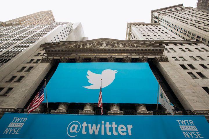 2013년 11월 트위터가 주식 상장(IPO)을 하던 날 뉴욕 증권 거래소에 걸린 트위터의 로고