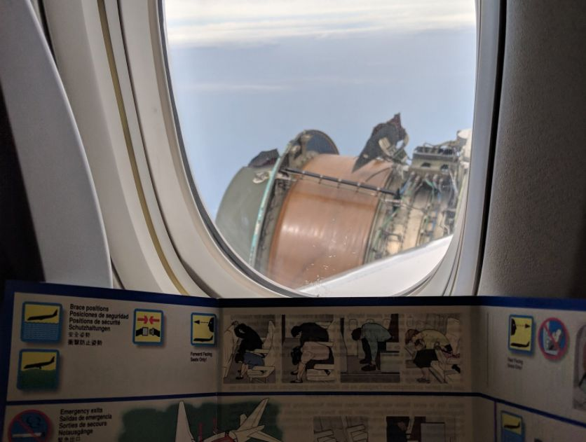 Mann schaut aus dem Flugzeug-Fenster – und macht eine besorgniserregende