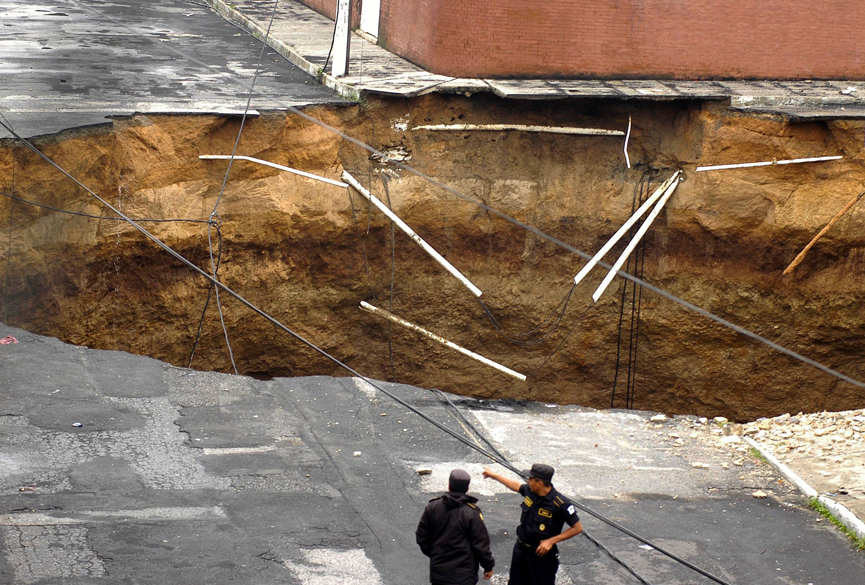 Ιταλία: Τεράστιος κρατήρας σε κεντρική περιοχή της Ρώμης «κατάπιε» 8