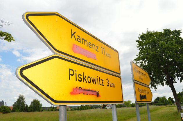 Beschmierte Schilder in der Lausitz – die sorbischen Ortsbezeichnungen sind