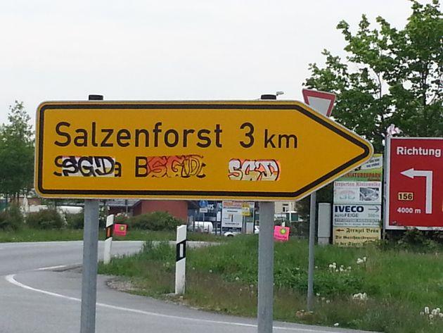 Słona Boršć, der sorbische Name von Salzenforst bei Bautzen, wurde mit Aufklebern des Fußball-Zweitligisten...