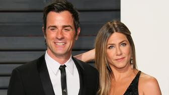 BEVERLY HILLS, CA - FEBRUARY 26: Jennifer Aniston and Justin Theroux attend the 2017 Vanity Fair Oscar Party hosted by Graydon Carter at Wallis Annenberg Center for the Performing Arts on February 26, 2017 in Beverly Hills, California. (Photo by JB Lacroix/WireImage)