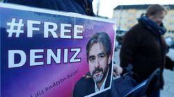Ελεύθερος ο δημοσιογράφος της Die Welt Ντενίζ Γιουτζέλ που εδώ και ένα χρόνο κρατούνταν στην Τουρκία χωρίς